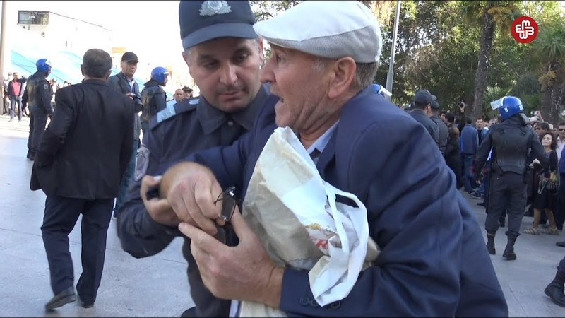 Etirazçı Bu Lazım gəlmədi, torpaq daha lazım olmadı dedi polislər qoluna girdi