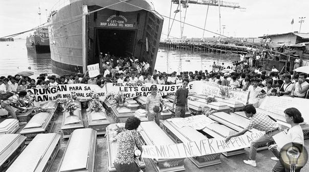 Выгрузка тел погибших из-за столкновения с нефтяным танкером парома «Донья Пас» (он затонул 20 декабря 1987 года