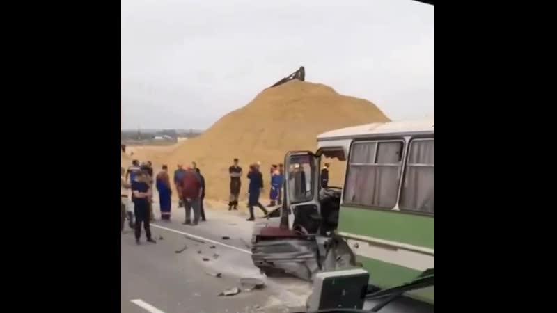 ДТП под Анапой. Легковая поймала обочину и вылетела на встречку под вахтовый автобус с людьми.
