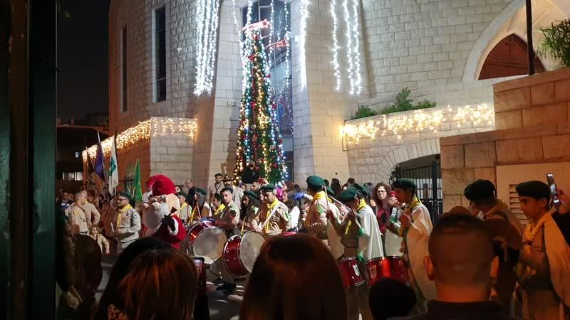 Христианские арабы-скауты у Ортодоксальной церкви Иоанна Предтечи в Хайфе 21.12.2019