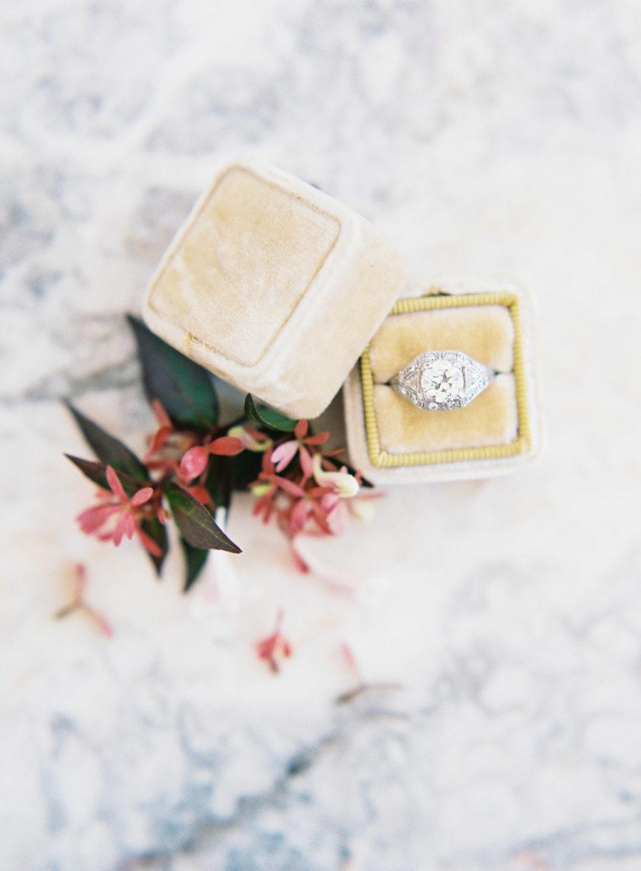 E9EhAeoTGGk - Обручальные кольца в стиле Арт деко