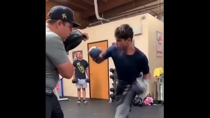 🎬Райан Гарсия тренирует забивать левой рукой гвозди🥊