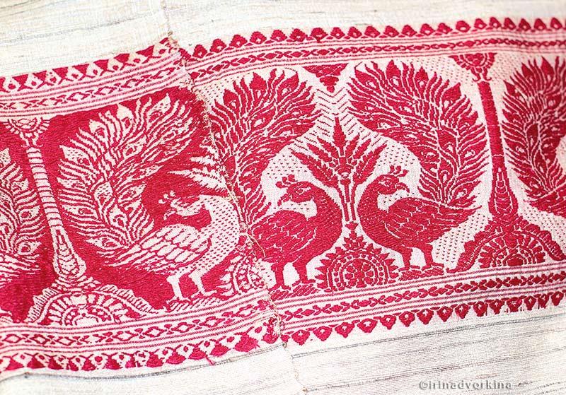 Фрагмент узорной ткани с павлинами (Индия).