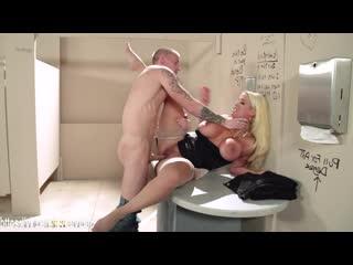 Alura Jenson отсосала незнакомцу в кинотеатре и дала в туалете (anal,mature,fat ass,big ass,мамочка,анал,очко,порно,зрелая,milf)