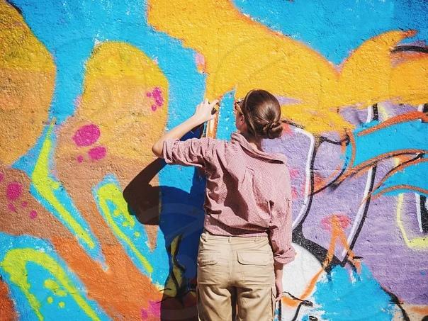 История развития граффити Граффити» слово итальянского происхождения, которое переводится как «нацарапанный» («graffito»). Правда, многим уличным художникам подобная этимология слова «graffiti»