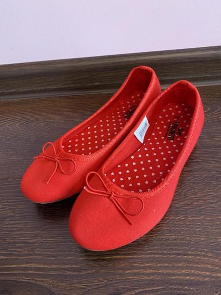 Предлагаются к продаже красные балетки для девочки...