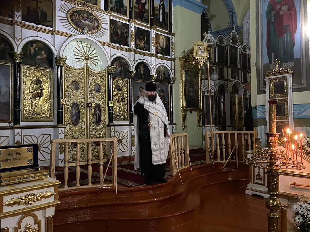 В Казанском храме Петровска прошло богослужение и крестный ход к Иордани на реке Медведице, где священнослужители провели освящение воды.