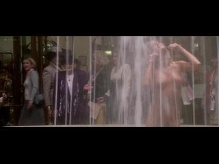 OON, NiP – Farrah Fawcett резвится в фонтане торгового центра голой у всех на глазах