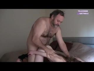 Папа любит трахать свою худенькую дочку в тугую киску [Инцест доч отец папочк порн девочк Секс Big Sex Молод минет Сиськ ебу tee