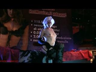 CMNF, голая на сцене – итальянская актриса Asha Bliss медленно раздевается догола и играет с собой перед живой аудиторией