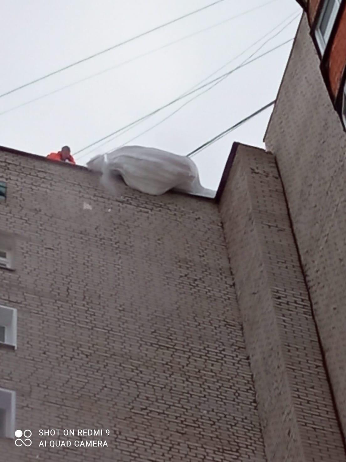 Улица Кольцова дом 15. Чистка парапета.
