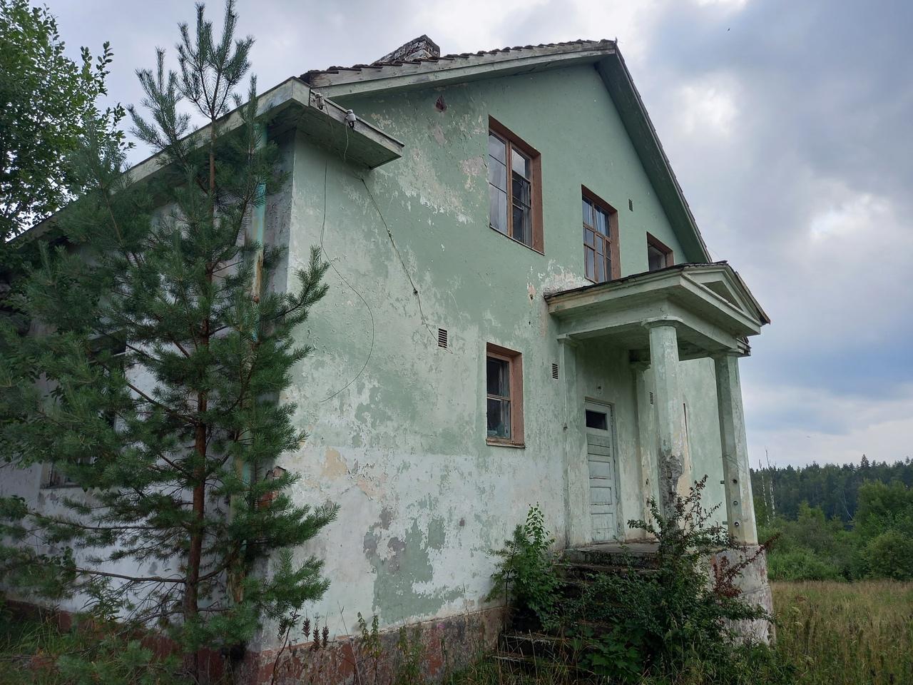 Поселок Бурнево. Заброшенная финская школа и красивое озеро Лебединое