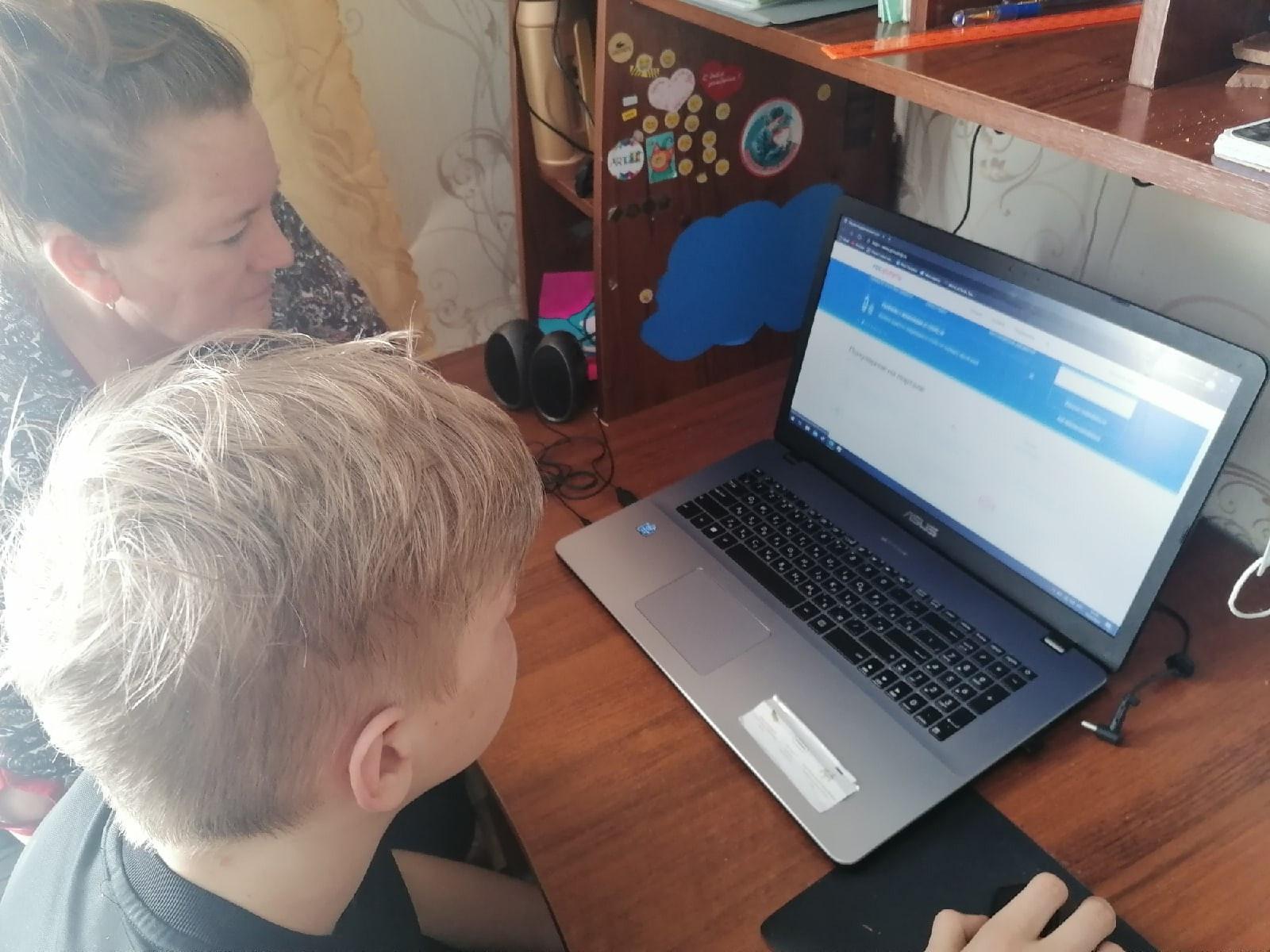 Ученик 5 класса учит бабушку пользоваться Интернетом