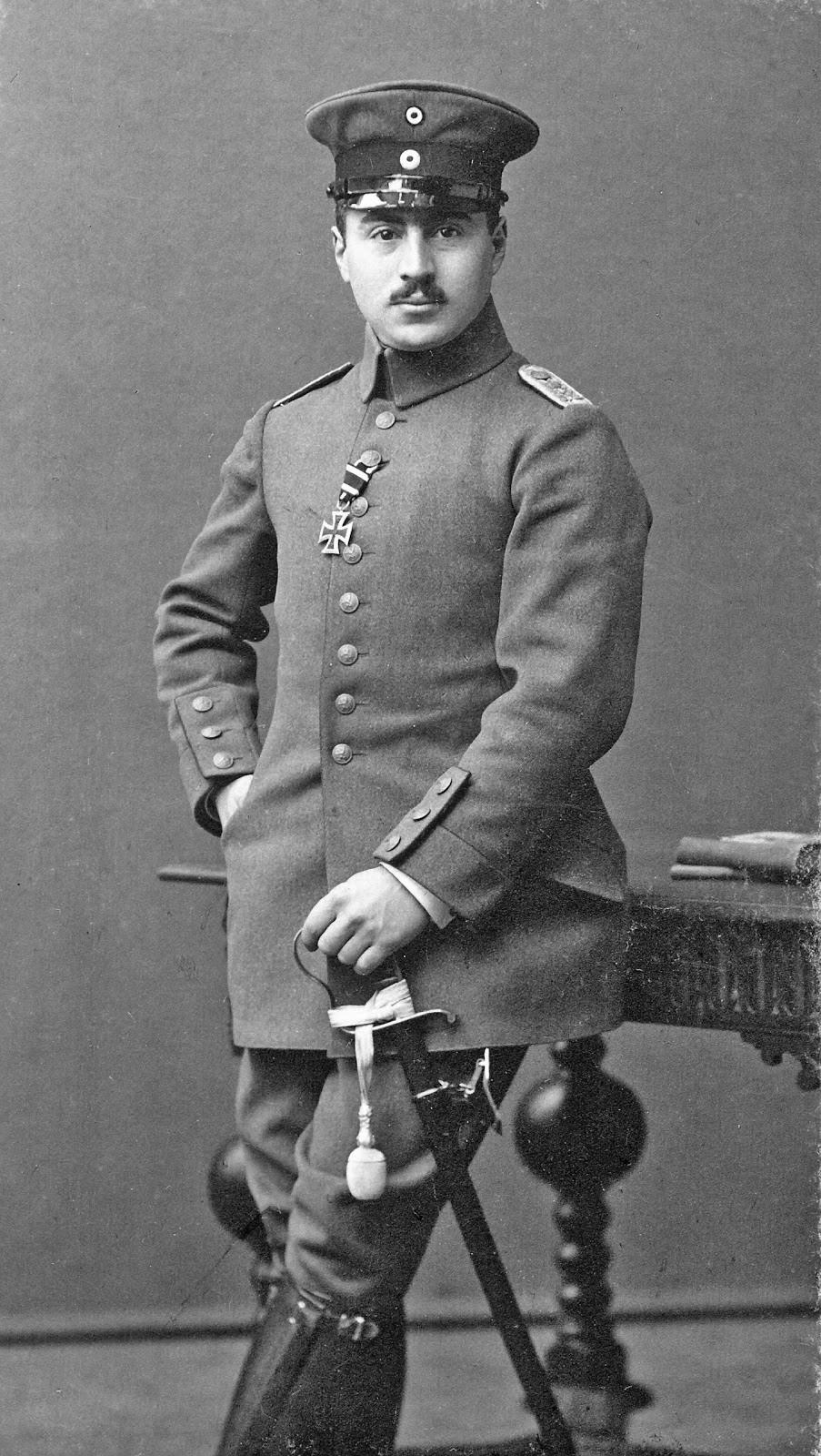 Эрнст Хесс (Ernst Hess) еврей был командиром роты, в которой служил Гитлер. По личному приказу фюрера его запрещалось преследовать.