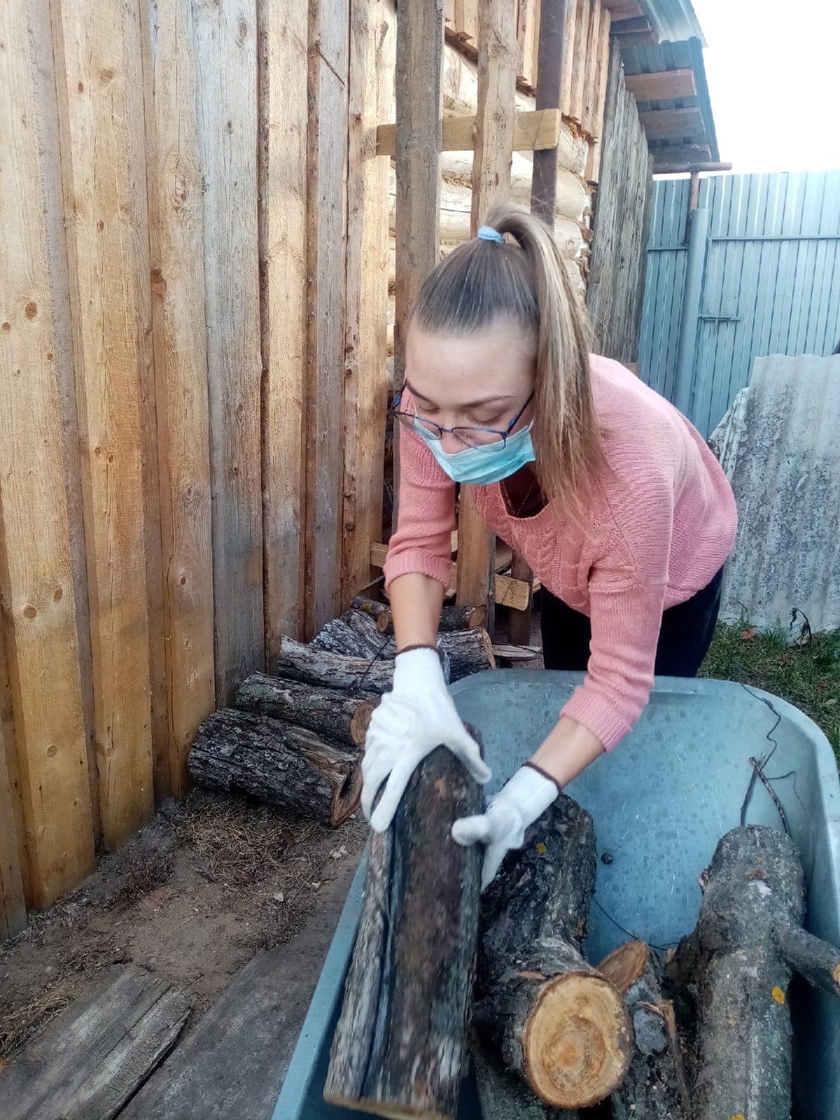 Можгинские волонтёры помогли пенсионерке привести двор в