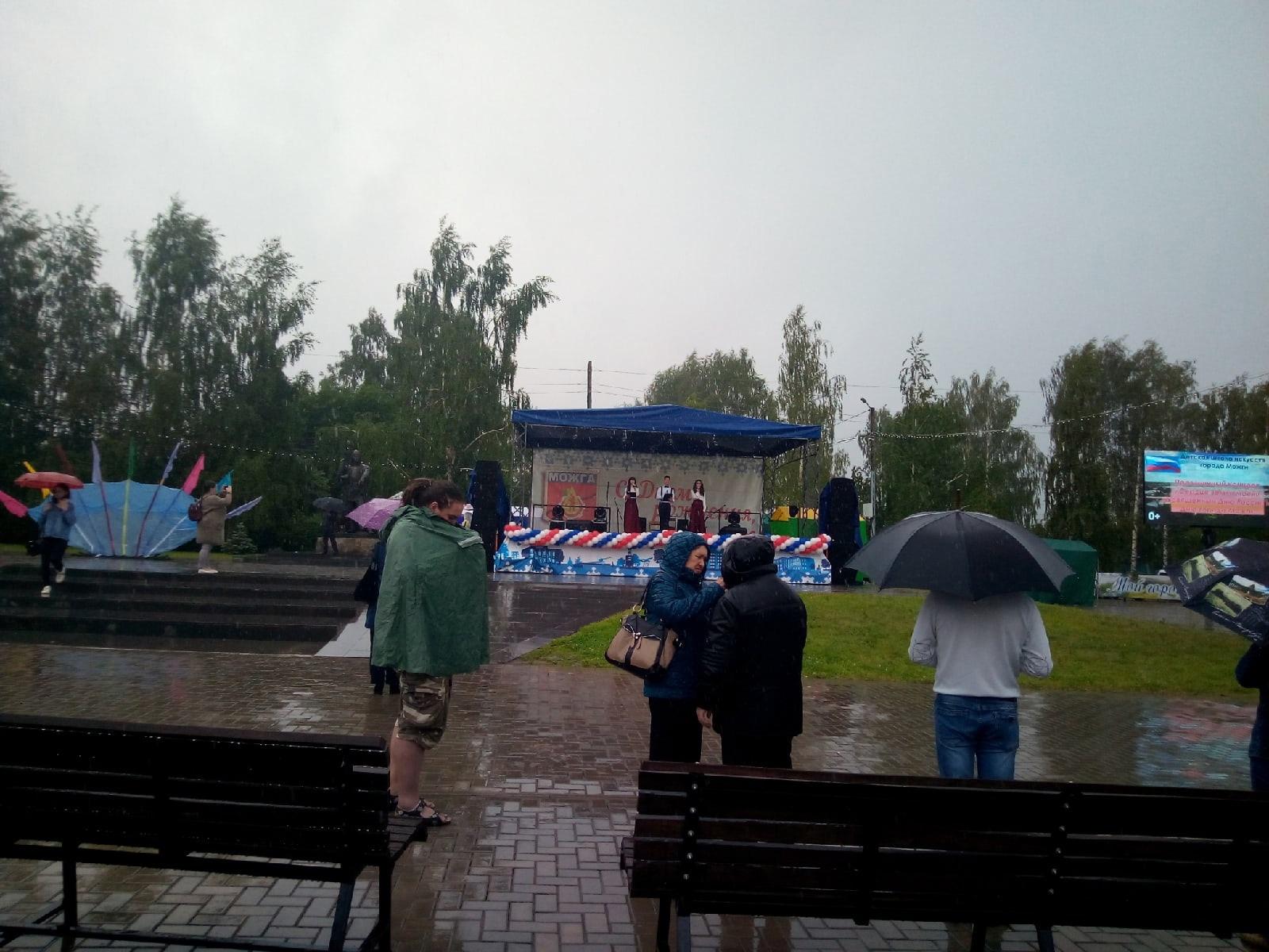Несмотря на погоду на центральной площади продолжается
