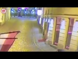 Момент расстрела прохожего одним из террористов в Вене с другой камеры