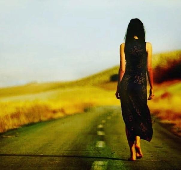 Мне стало как-то дышаться с трудом Печальный знак уходящего лета.Осенней грусти невидимый комГорчит у горла и шепчет про этоСерьёзный август июлю не брат,В нём есть от осени схожие нотыОн летним