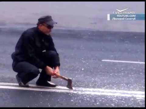 Тольяттинец пытался срубить топором дорожную разметку